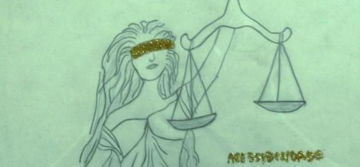 Desenho da Deusa da Justiça Romana de cabelos longos, vendada e segurando a balança. Simboliza a imparcialidade da justiça e a igualdade dos direitos. Os cabelos longos num sinal de liberdade; o bracelete, lembrando o poder de distribuir a Justiça; os olhos estão vendados, para ouvir melhor e a firmeza ao segurar a balança com o fiel no meio, objetiva o alcance da prudência.