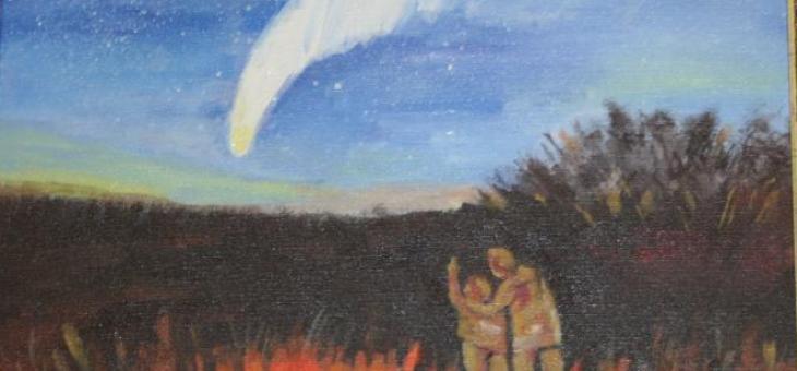 Acrílica sobre tela: A tela mostra o céu estrelado azul com um cometa ao centro exibindo sua cauda luminosa, sendo observado por um menino e seu pai, diante de um campo com árvores.