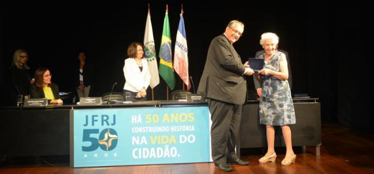 Dr. André Fontes entrega a placa comemorativa do Jubileu à juíza federal aposentada Neusa Dantas da Silva