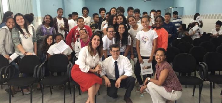 Juízes federais Aline Alves de Melo Miranda Araújo, João Marcelo Oliveira Rocha e alunos da Escola Municipal Mato Grosso do Sul, em Volta Redonda