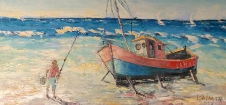 Óleo sobre tela espatulado  com com os três elementos essenciais de uma marina : Céu esbranquiçado, mar azul e areia. Um homem ao lado do barco  vermelho veste também uma blusa vermelha e segura a vara de pesca com uma mão e o chapéu com a outra
