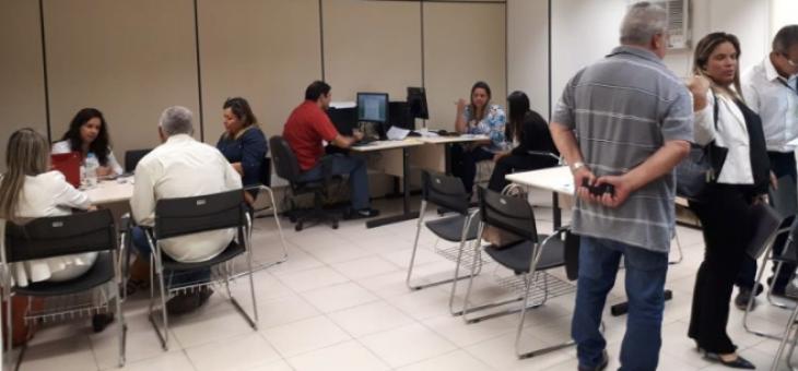 Imagem de servidores atendendo jurisdicionados nas audiências de conciliação