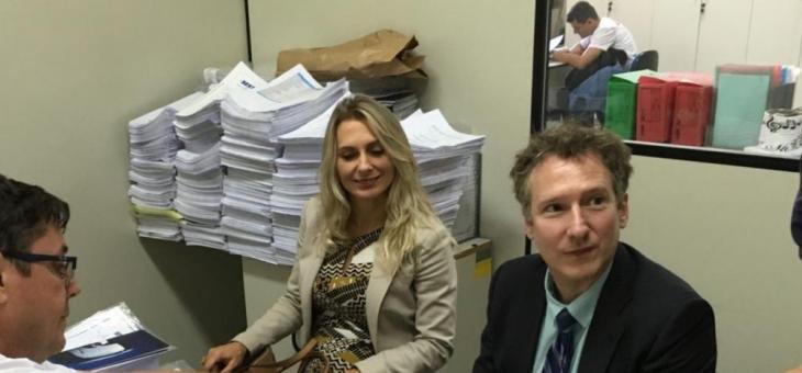 Vladimir Vitovsky e Rosângela Martins assistem no Sest/Senat uma demonstração sobre as mais variadas formas de falsificação de documentos de trânsito