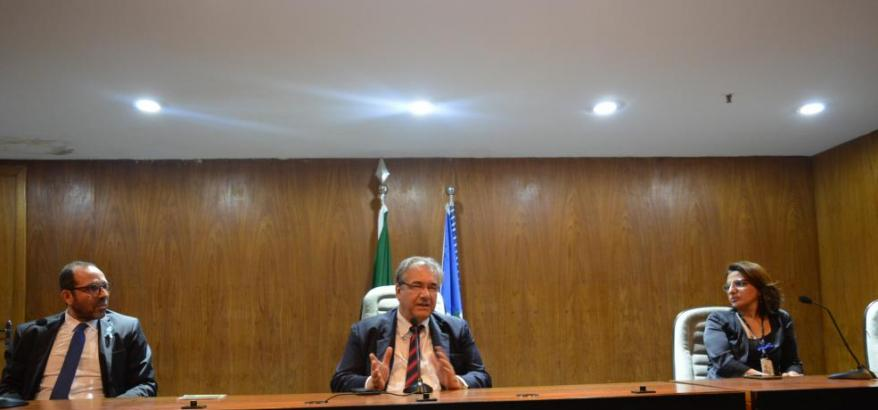 O presidente do TRF2, desembargador federal André Fontes, ladeado pelo diretor do foro da SJRJ, juiz federal Osair Victor de Oliveira Júnior e pela diretora da Secretaria Geral, Luciene Dau Miguel