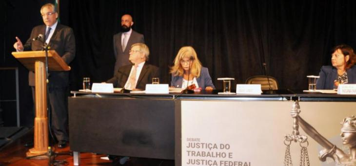 """André Fontes (no púpito): """"A Justiça do Trabalho vem sendo ameaçada porque cumpre a sua missão"""""""