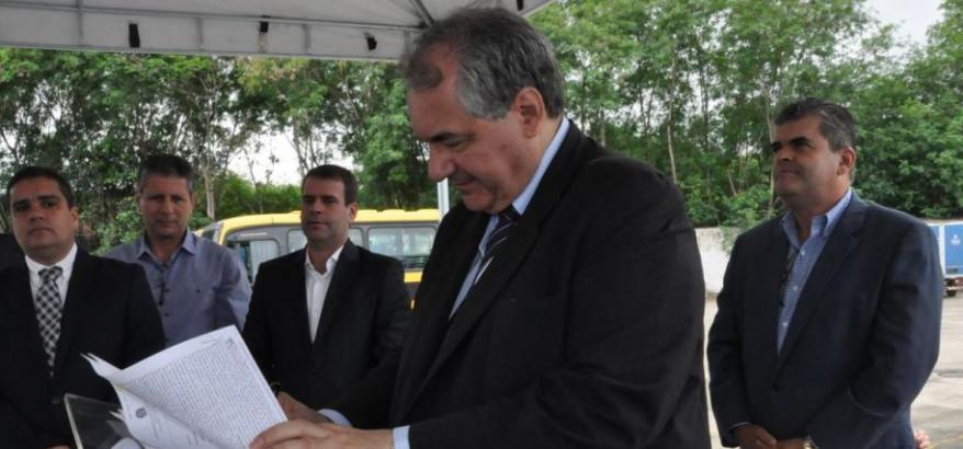 Desembargador Federal André Fontes assina o termo. Washington Reis (atrás do presidente) e Leonardo da Silva Morais (primeiro à esquerda) também assinaram o documento