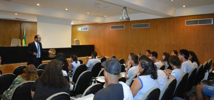 Dr. Osair Victor faz palestra para estudantes