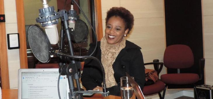 Dra. Adriana no estúdio de gravação do podcast para a revista Piauí