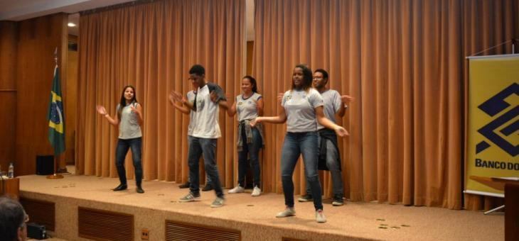 Coreografia dos alunos do Colégio Estadual Reverendo Hugh Clarence Tucker