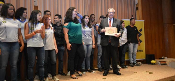 Presidente André Fontes entrega certificado para Colégio Estadual Reverendo Hugh Clarence Tucker