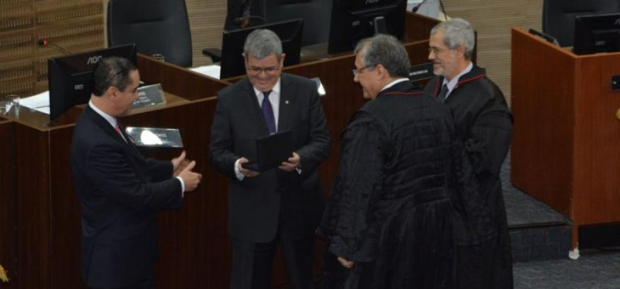 Sérgio Tejada recebe placa comemorativa pelo apoio na implantação do sistema e-Proc no TRF2