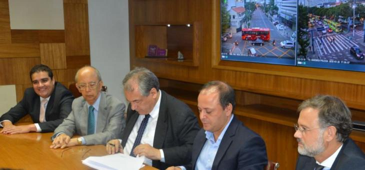 André Fontes e Rodrigo Neves (3º e 4º, a partir da esquerda) na assinatura do protocolo de intenções, em março.