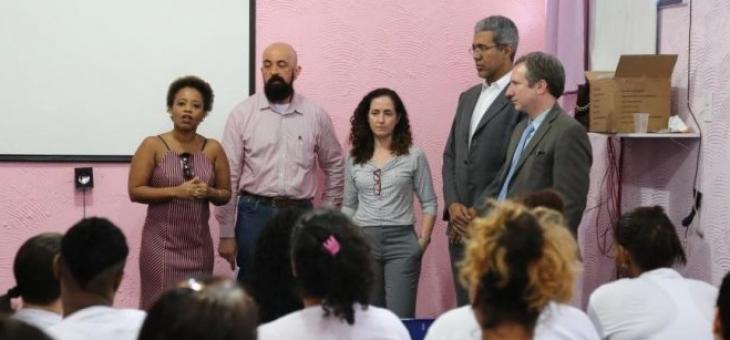 Grupo que integrou a comitiva do CAIJF fala para as detentas sobre a Justiça Federal e questões previdenciárias