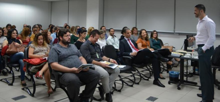 Instrutor Reginaldo Coutinho, do TCU, ministra curso sobre gestão de riscos