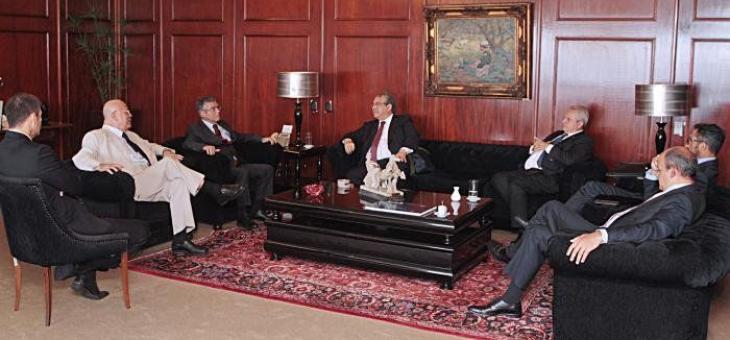 Foto da reunião com os presidentes sentados em um sofá conversando