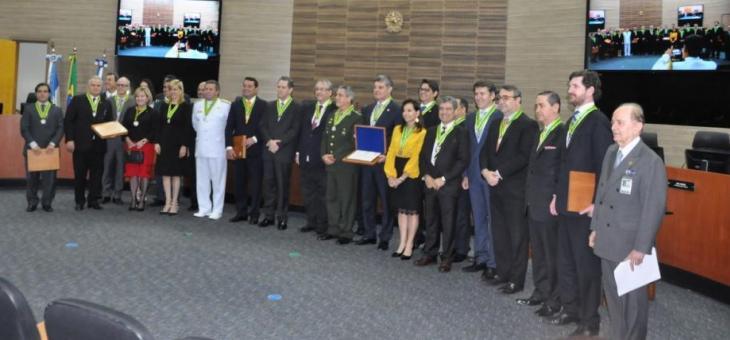 TRF2 e Ajuferjes entregam Medalha Juiz Federal Luiz Eduardo Pimenta a autoridades e advogados