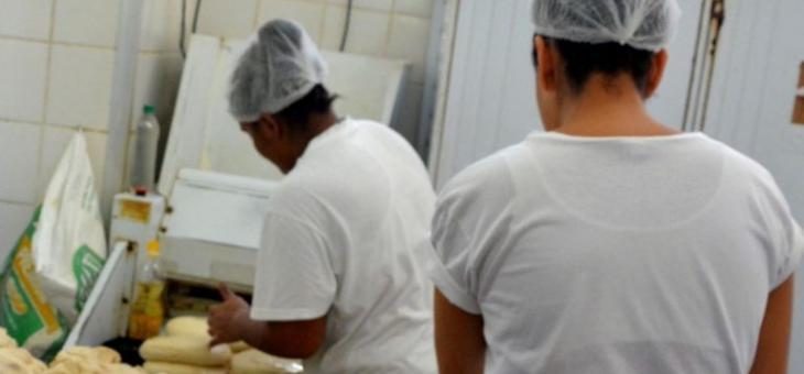 Internas do Talavera Bruce trabalham em panificadora instalada nas dependências da penitenciária – Foto: Rafael Rodrigues