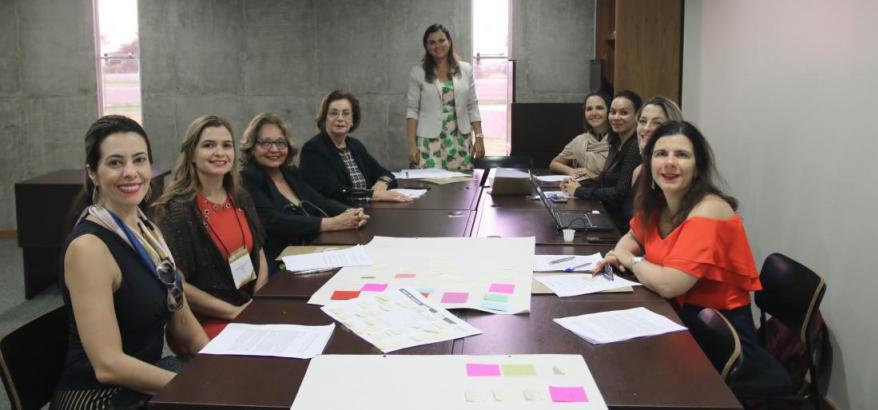 """A juíza federal Priscilla Corrêa (de pé) colaborou no debate sobre """"Mulheres e Desenvolvimento"""""""