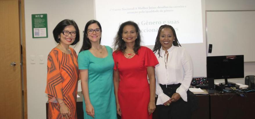 """A juíza federal Adriana Cruz (primeira da direita) conduziu o tema """"Gênero e suas Interseccionalidades"""""""