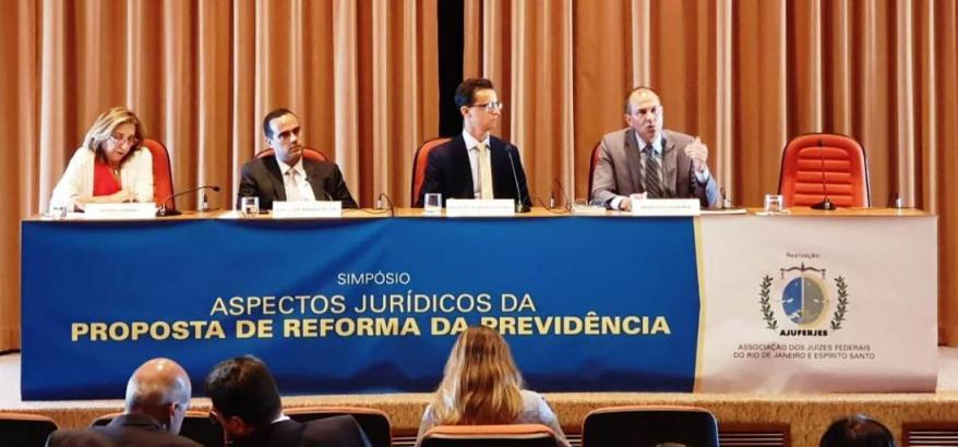 Juiz Federal Marcelo Leonardo Tavares (primeiro à direita) abriu o evento apresentando uma visão geral da Reforma da Previdência.