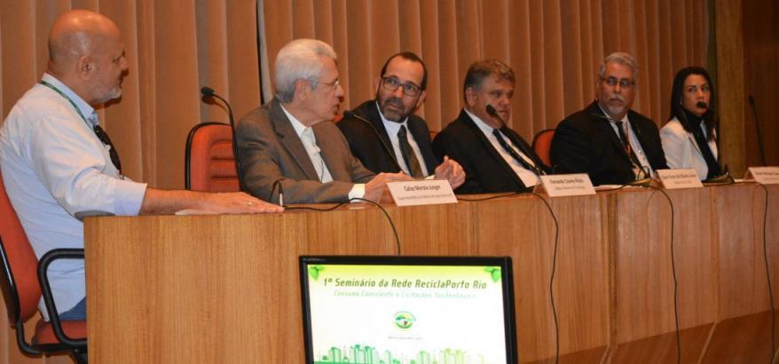 """Mesa de abertura do 1º Seminário da Rede ReciclaPorto Rio, com o tema """"Consumo consciente e licitações sustentáveis""""."""