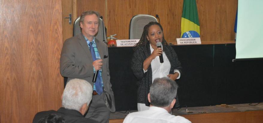 Os juízes federais Vladimir Vitovsky e Adriana Cruz falam sobre a Justiça Federal aos participantes do encontro.