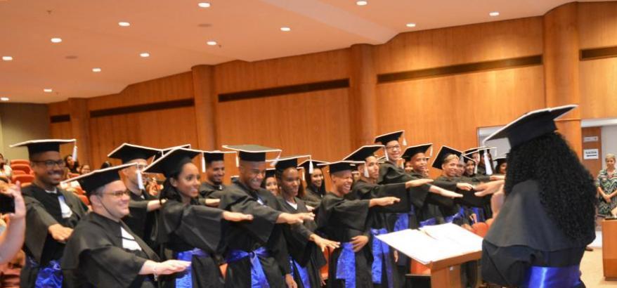 Estudantes da da escola CAIC Tirandentes durante a cerimônia de formatura