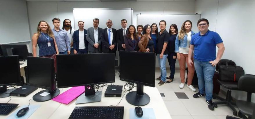 O diretor do Foro, juiz federal Osair Victor de Oliveira Júnior (ao centro), e a equipe que trabalhou na implantação do SEEU na 2ª Região.