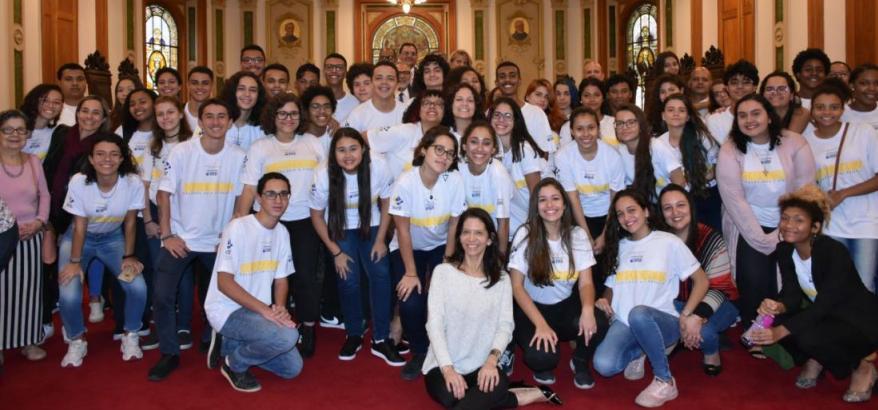 Estudantes do ensino médio do Colégio Pedro II, unidade Engenho Novo (Zona Norte carioca) participam de visita-guiada ao CCJF conduzida por Andréa Garcia (sentada, ao centro)