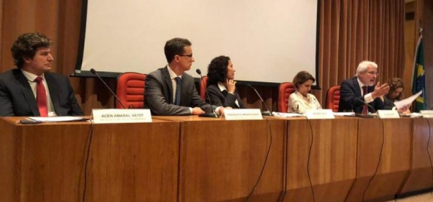 Integrantes da mesa debatem a respeito da lei sobre abuso de autoridade