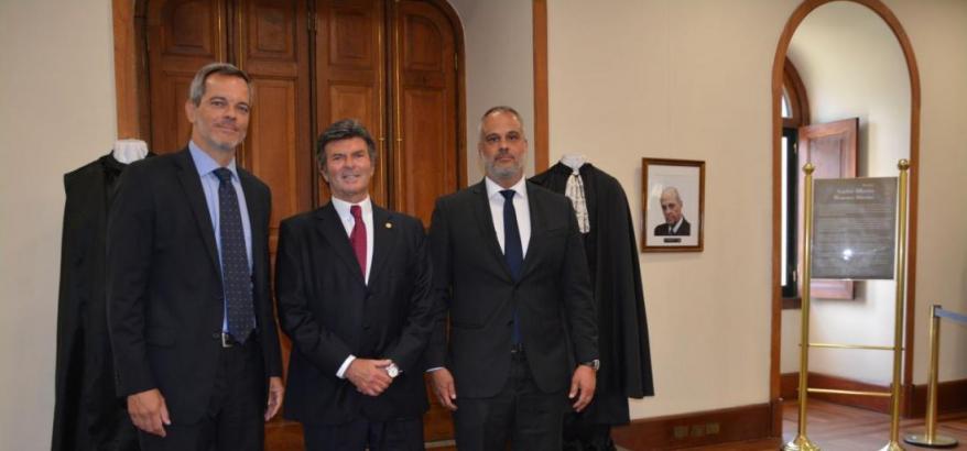Carlos Gustavo e Carlos Alberto Menezes Direito Filho, ao lado da toga de seu pai. Ao centro, Luiz Fux