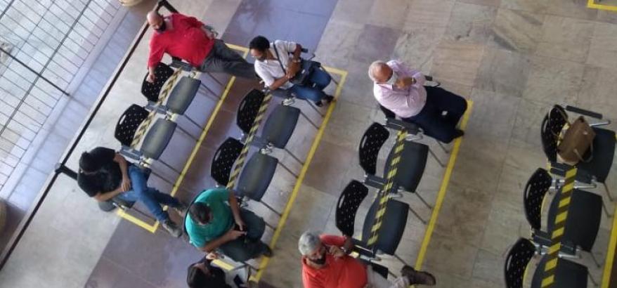 Locais de espera foram adequados para manter o distanciamento mínimo de 1,5m
