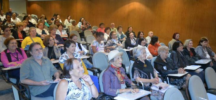 Alunos das Universidades Abertas da Terceira Idade assistem à palestra no auditório da Rio Branco