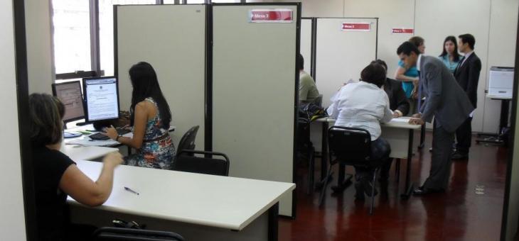 Servidores trabalhando nas audiências de conciliação no dia da inauguração do Projeto