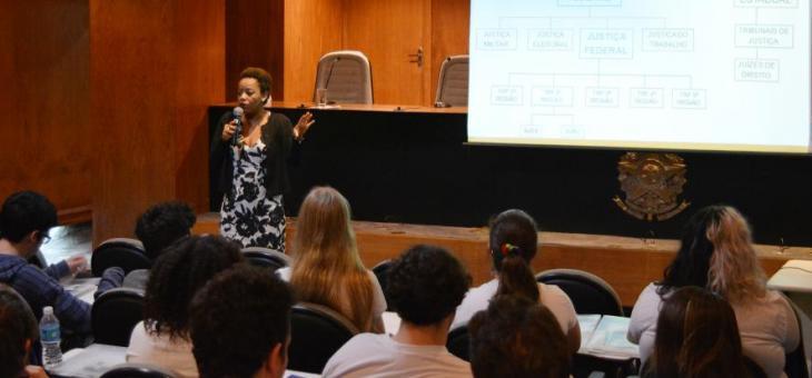 A juíza federal Adriana Cruz explica aos estudantes cada etapa do processo