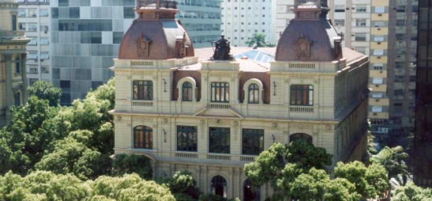 fachada do centro cultural justiça federal, predio historico cercado por arvores