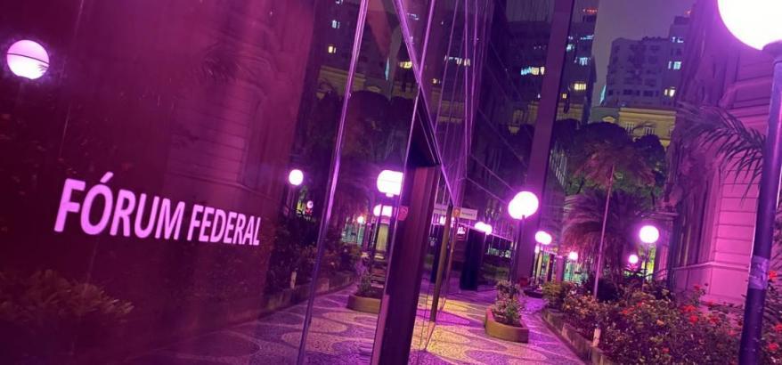 trecho interno do forum da Rio Branco, iluminado no tom rosa