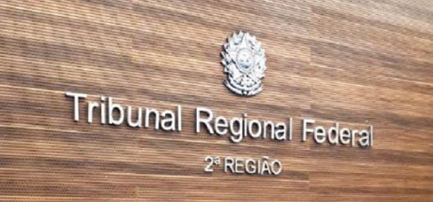 Painel marrom com letras claras onde se lê Tribunal Regional Federal - 2ª Região