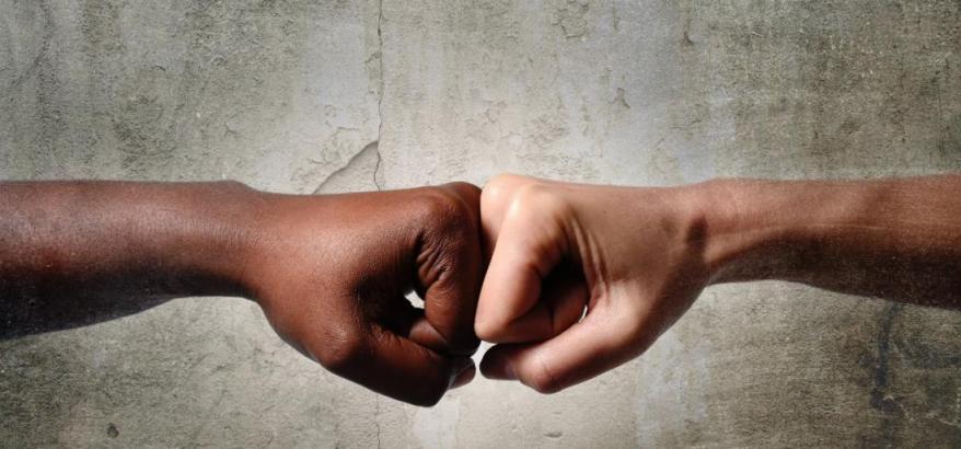 Duas pessoas se cumprimentando, imagem de duas mãos , fundo cinza