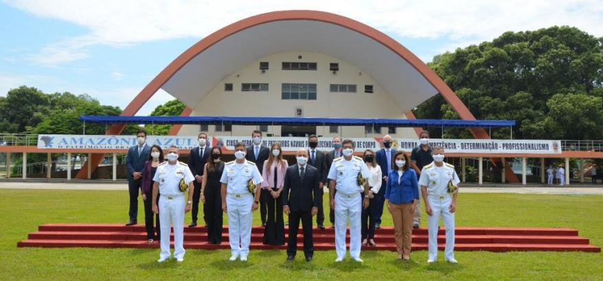 O contra-almirante Cláudio Leite, os vice-almirantes Rossato e Armando Soares e o contra-almirante Taulois (de uniforme, a partir da esquerda) receberam os magistrados da 2ª Região