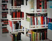 Foto de estantes com livros