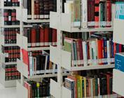 Estantes de biblioteca com livros coloridos