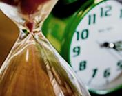 Imagem de uma ampulheta e um relógio