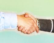 Foto de aperto de mãos, uma mão masculina e outra feminina