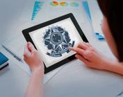 Mãos mexendo em tablet com o brasão da república na tela