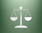 Imagem de balança com fundo verde