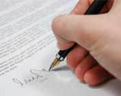 Mão assinando contrato