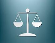 balança da justiça com fundo azul